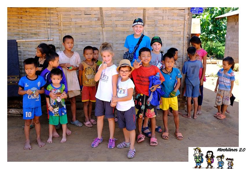 niños en sopchem laos