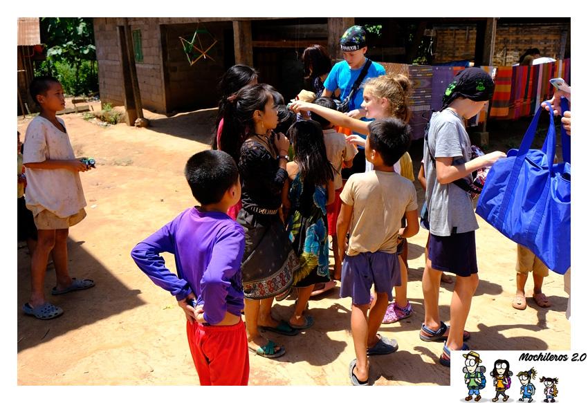 repartiendo juguetes laos