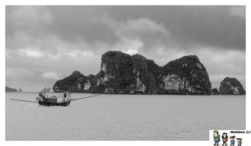 barco pescadores halong