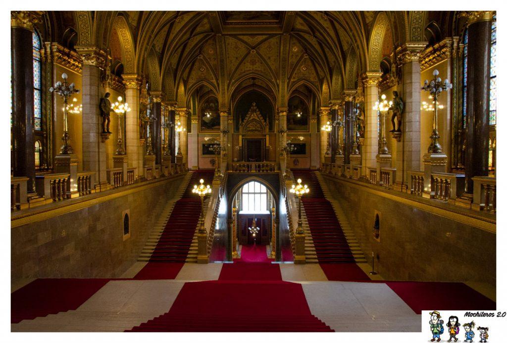 escalera parlamento budapest