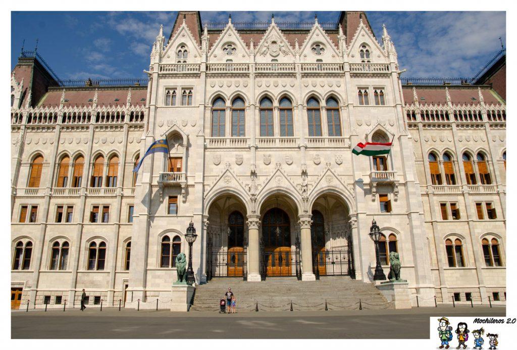 puerta-principal parlamento budapest