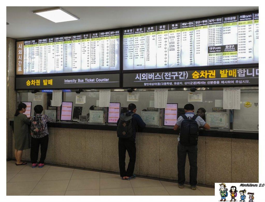 Panel con horarios de bus