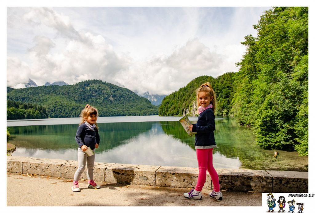 Las niñas jugando junto al lago