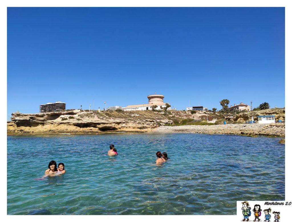 Playa de los baños, con torre al fondo