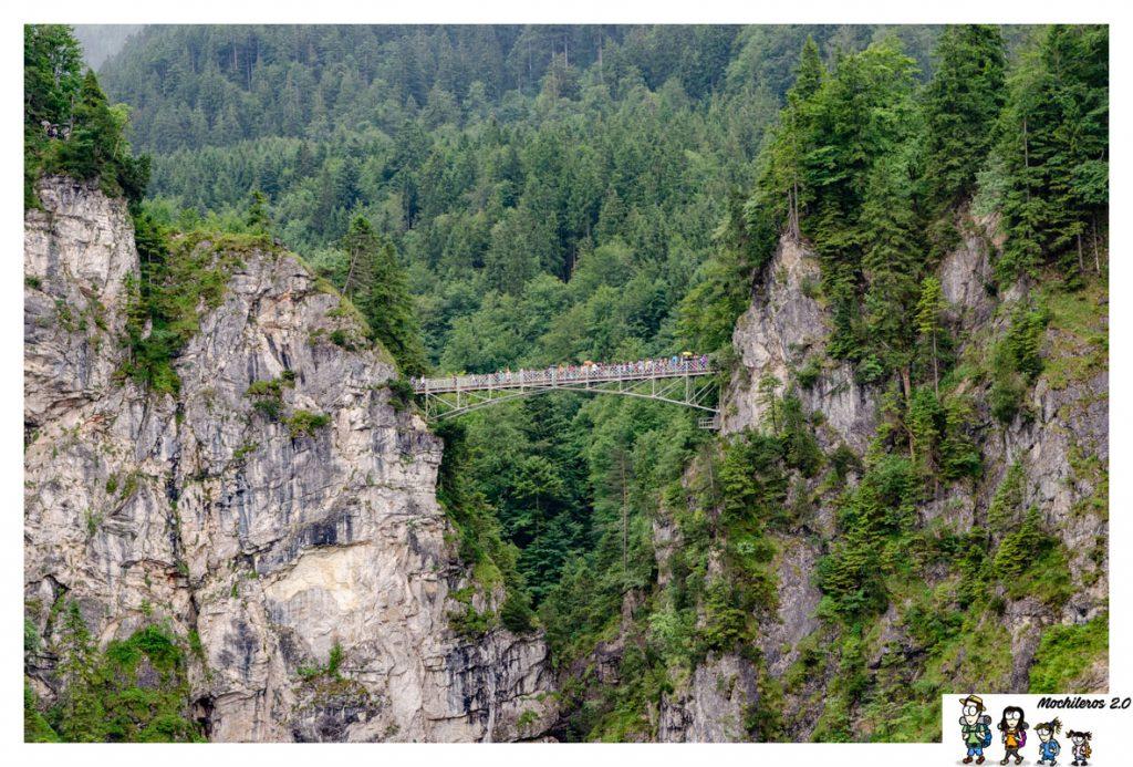 El puente cubre un desfiladero