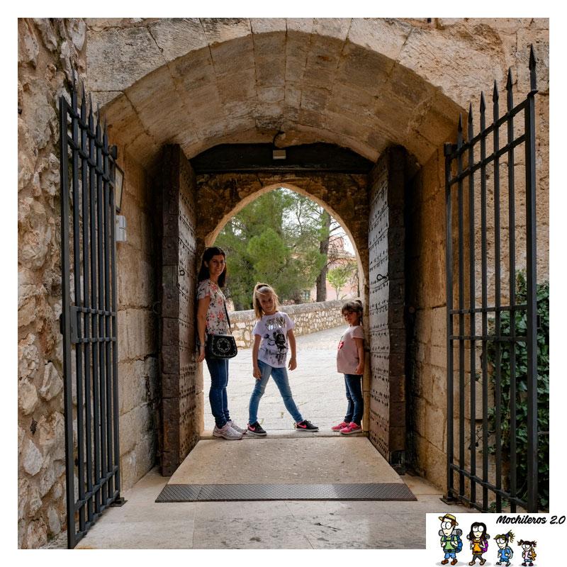 Una de las puertas de acceso al castillo