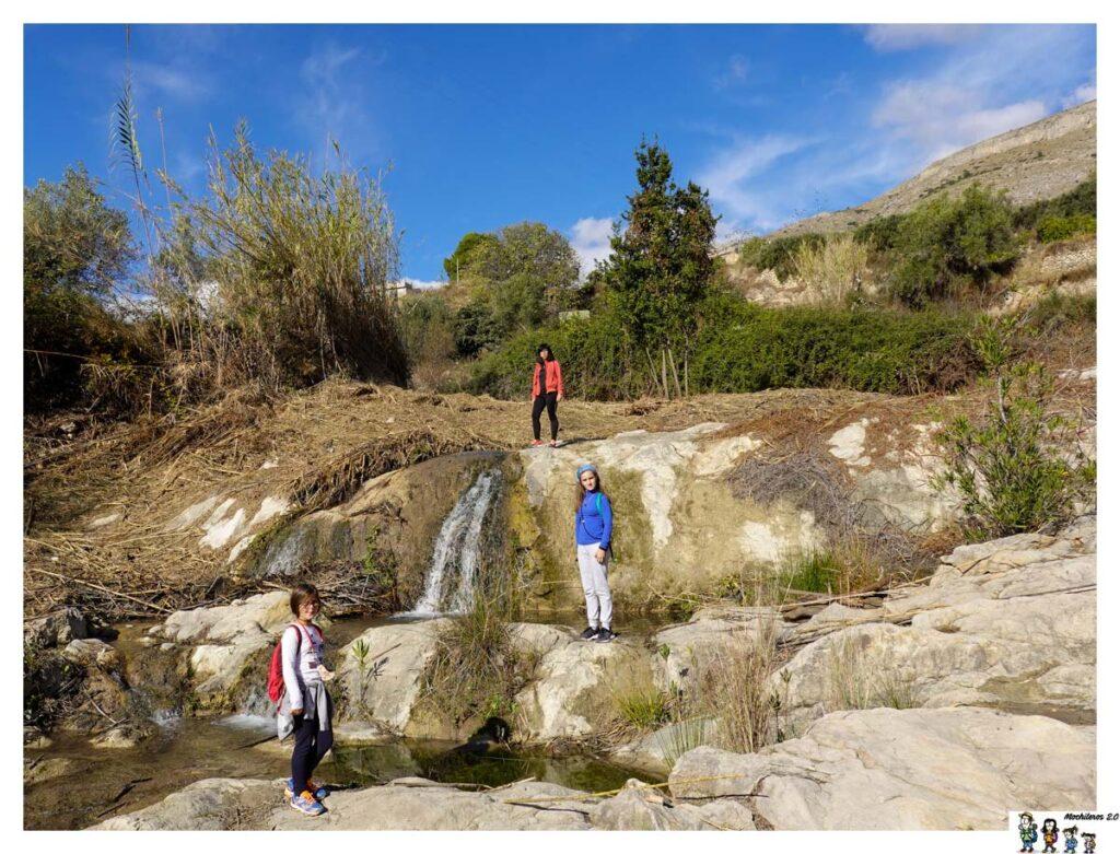 Pequeños saltos de agua en la unión de los ríos