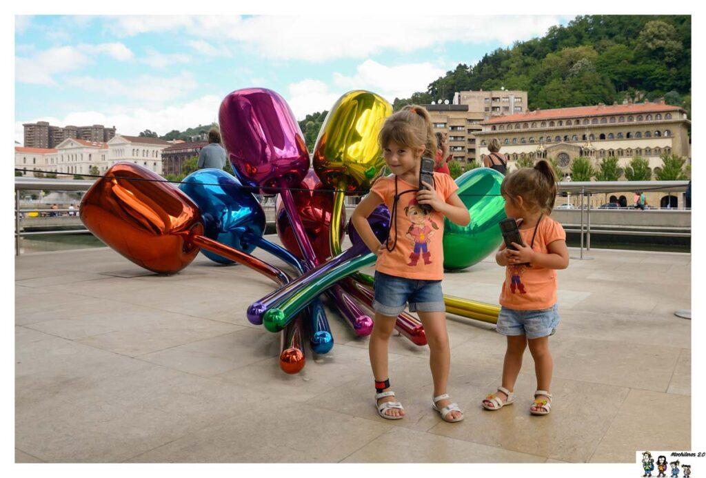 Las niñas disfrutando de la audio guía en el Guggenheim
