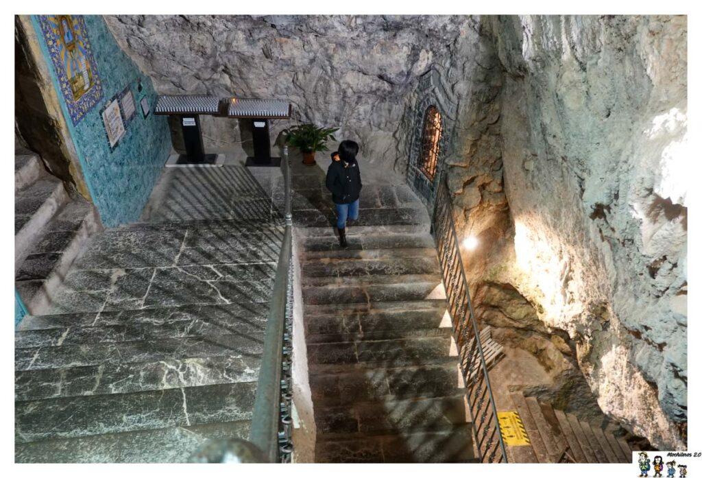 Escaleras al interior de la cueva