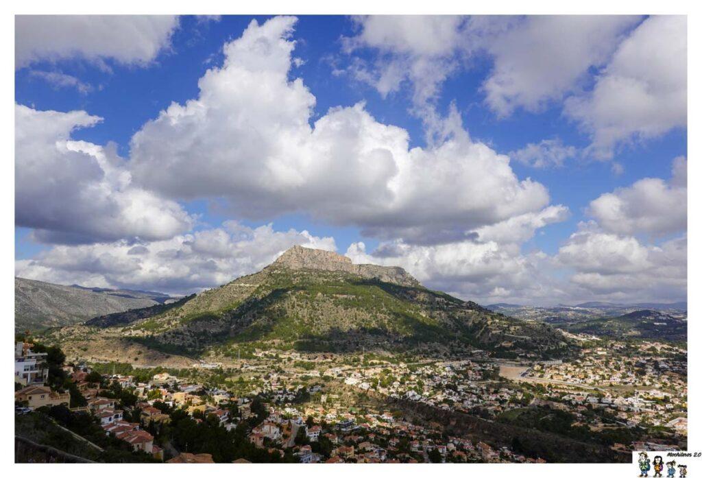 La imponente Sierra de Oltà desde el Morro de Toix