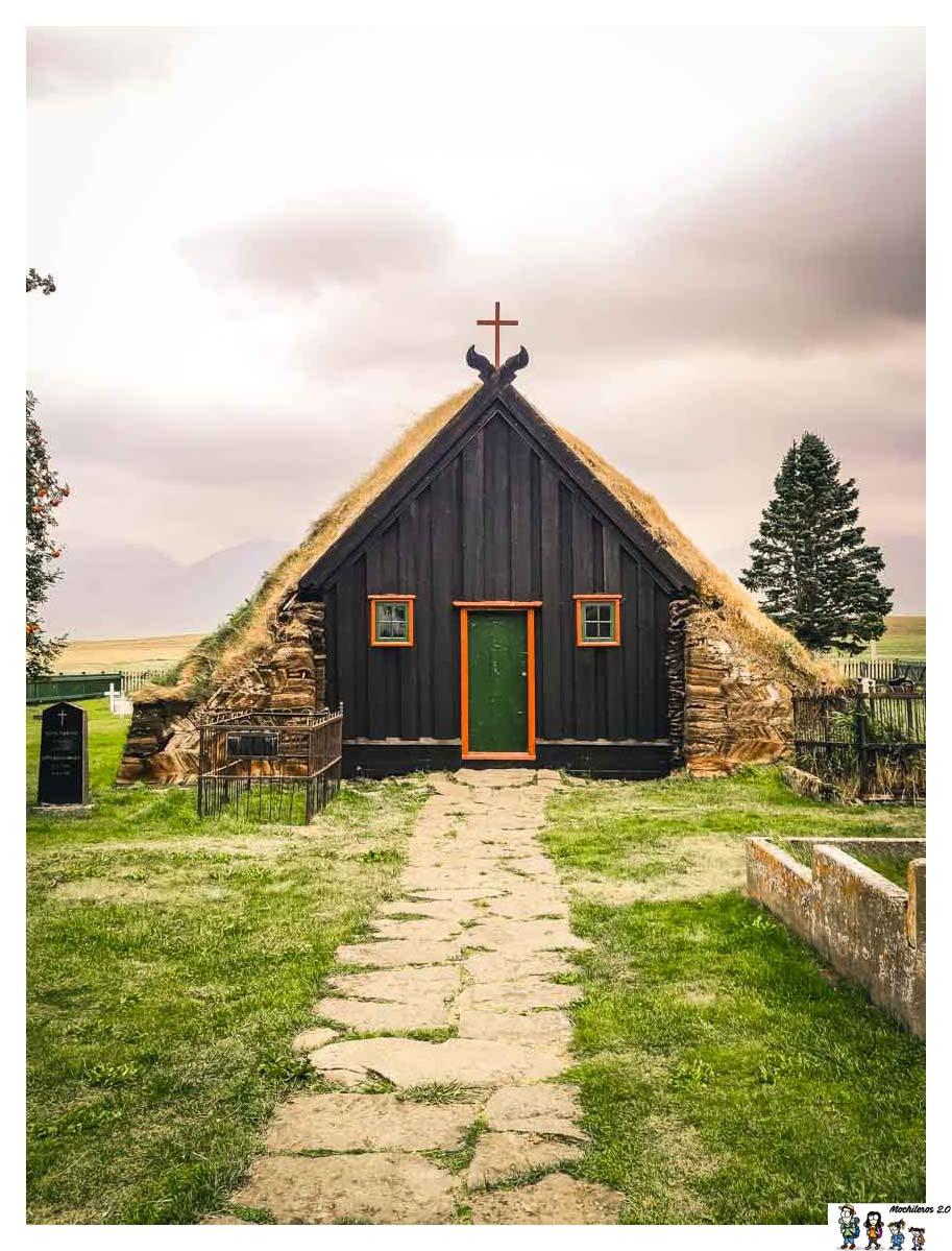 La preciosa iglesia con el techo de cesped de Vidimyri