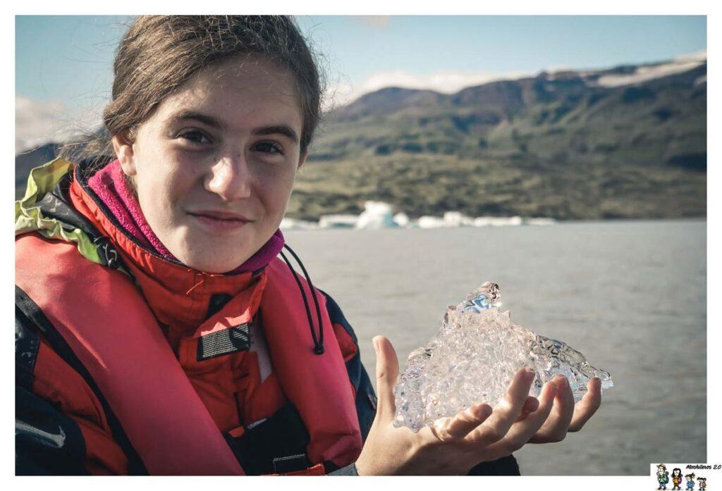 Con un trozo de iceberg en la laguna