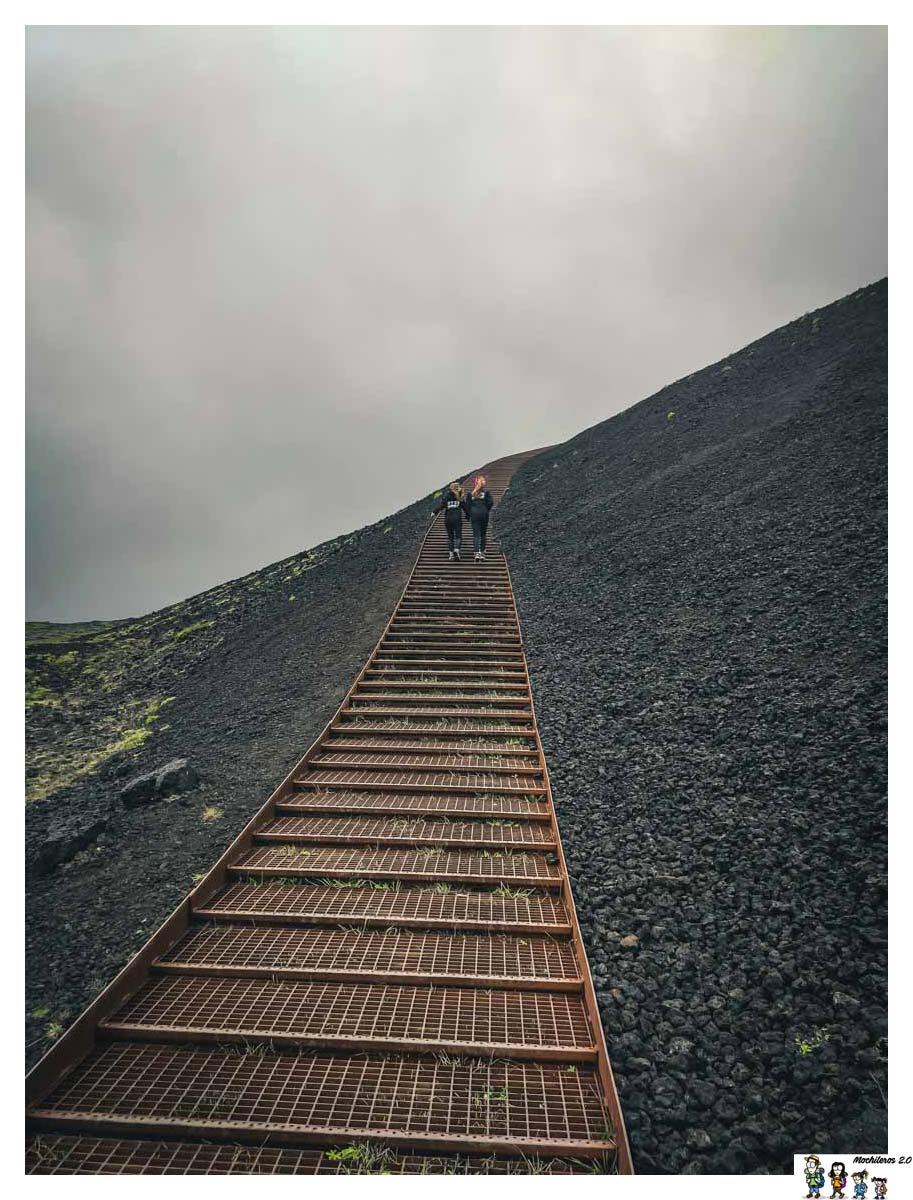 Escalera de subida al Cráter Saxholl